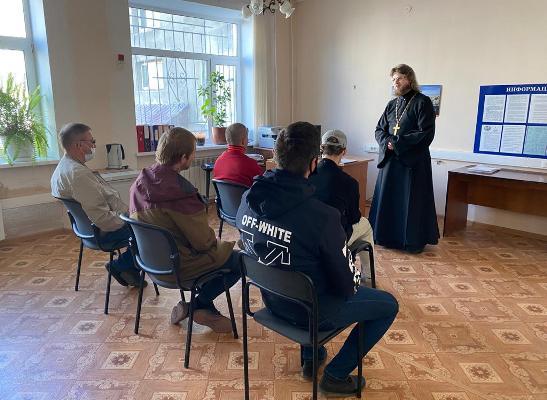 Помощник начальника УФСИН России по Магаданской области по организации работы с верующими провел беседу с осужденными, состоящими на учете УИИ